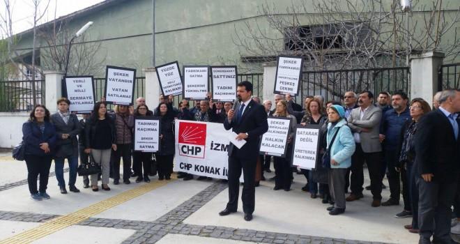 CHP Konak İlçe Başkanlığı  Fabrikaların kapatılması ve özelleştirme ile ilgili basın açıklamasında bulundu
