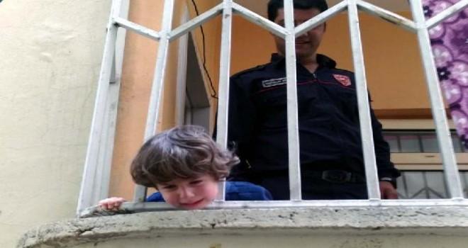 Korkuluklara kafası sıkışan çocuğu itfaiye kurtardı