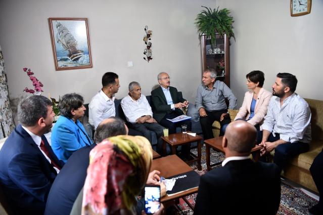 Cumhuriyet Halk Partisi Genel Başkanı Kemal Kılıçdaroğlu, geçtiğimiz günlerde eşini kaybeden İlhan Aykır'ı, Fikirtepe projesi kapsamında kamulaştırılan evinde ziyaret etti.