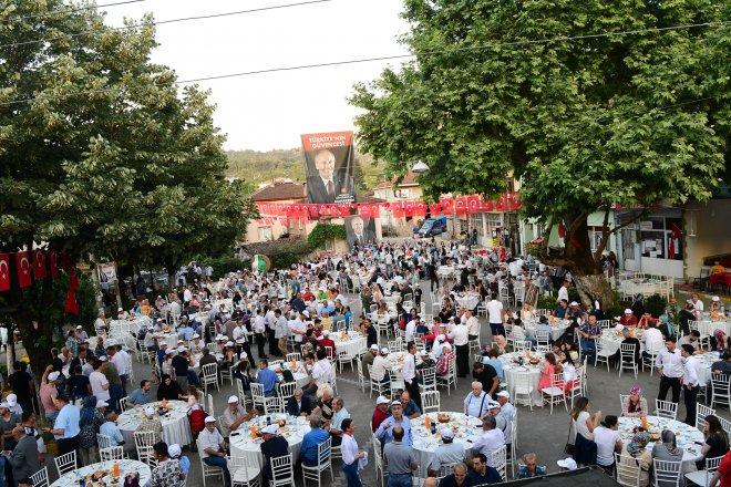 CHP'nin Cumhurbaşkanı Adayı Muharrem İnce, Ramazanın son iftar yemeğini doğduğu köy olan Yalova'nın Elmalık Köyü meydanında aile üyeleri ve hemşehrileri ile birlikte yedi.