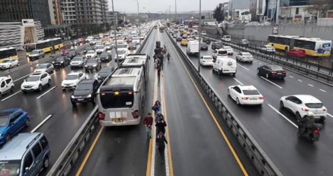 Metrobüs arızası uzun kuyruklara neden oldu