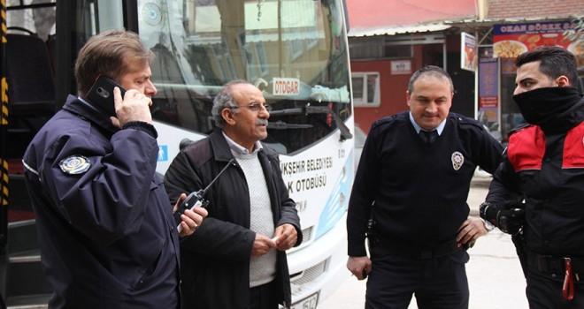 Halk otobüsünü çalıp yolcu topladı, şoför taksiyle kovaladı