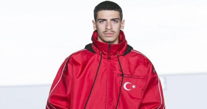 Vetements'ten Türk bayrağı ve kösele ayakkabılı defile