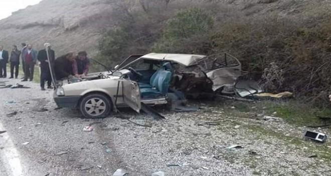Hafif ticari araç ile çarpışan otomobil ikiye bölündü: 2 yaralı