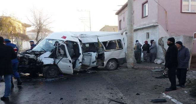 Tarım işçilerini taşıyan minibüs kaza yaptı: 2 ölü, 16 yaralı