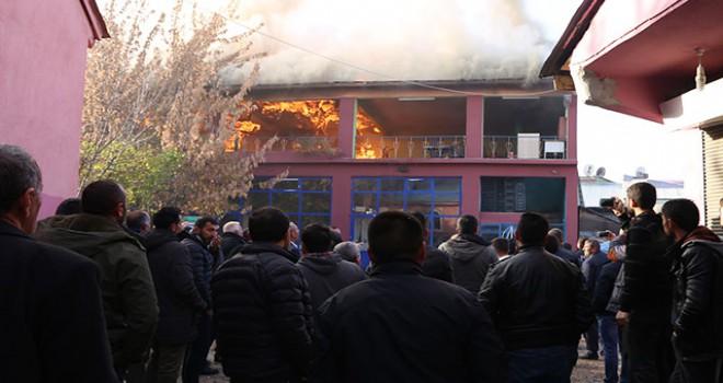 Dar sokaktaki yangına TOMA'lı müdahale
