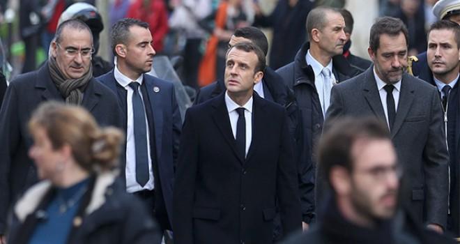Macron Paris'teki protesto alanını ziyaret etti
