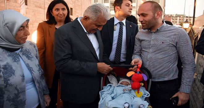 TBMM Başkanı Yıldırım, yolda karşılaştığı çiftin bebeğine altın taktı