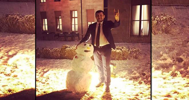 MHP'li vekilden Meclis bahçesinde 'Ülkücü kardan adam' pozu