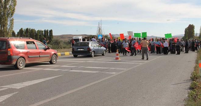 Köylüler, karayolunu trafiğe kapattı, AK Partili vekil ikna etti