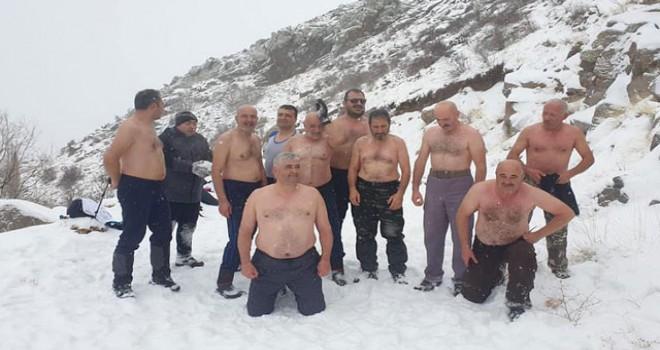 Kar Kaplanları'ndan yeni yıl öncesi kar banyosu