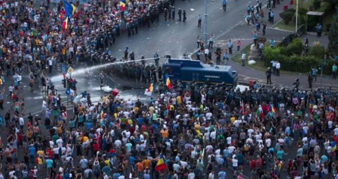 Romanya karıştı… Göstericiler polisle çatışıyor