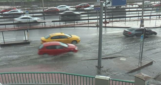 İzmit'te sağanak yağış hayatı olumsuz etkiledi