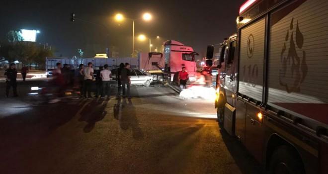 TIR'a çarpan otomobilde sürücüsü ile biri anne karnında 2 çocuğu öldü