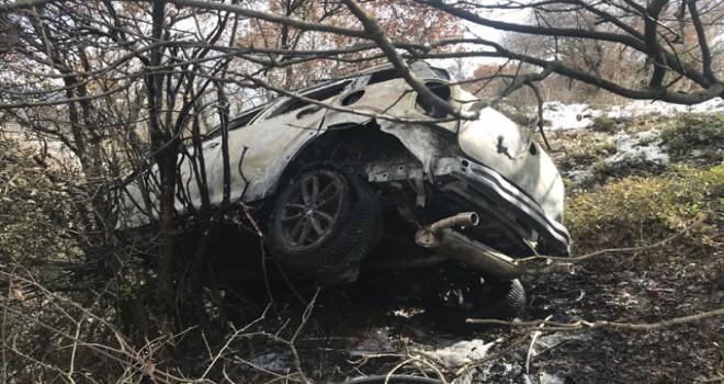 Şarampole uçan otomobil yandı; 1'i çocuk 2 kişi son anda kurtuldu