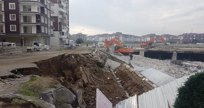 Edremit'te AVM yıkımı sırasında istinat duvarı çöktü