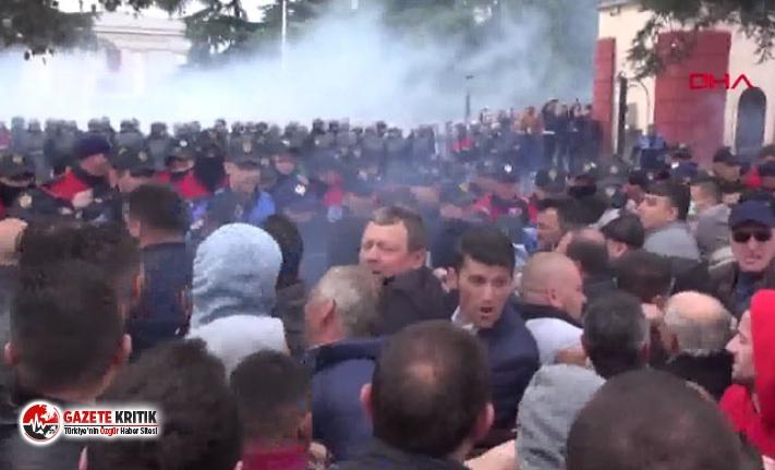Arnavutluk ve Sırbistan'da hükümet karşıtı gösterilerde protestocular polis ile çatıştı