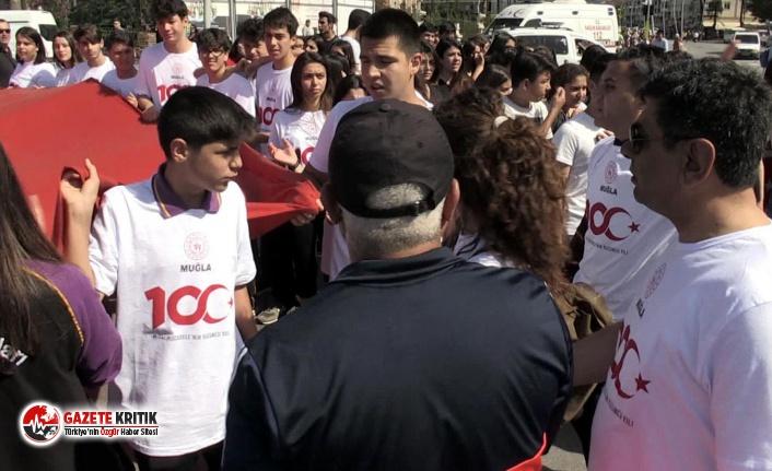 """19 Mayıs yürüyüşünde gerilim yaşandı; İzmir Marşı okuyan öğrenciler: """"Biz ayıp etmedik. 15 Temmuz değil, 19 Mayıs kutlanıyor"""""""