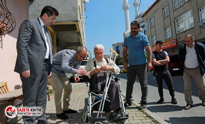 Dolandırılan yaşlı adama Ataşehir Belediyesi'nden tekerlekli sandalye