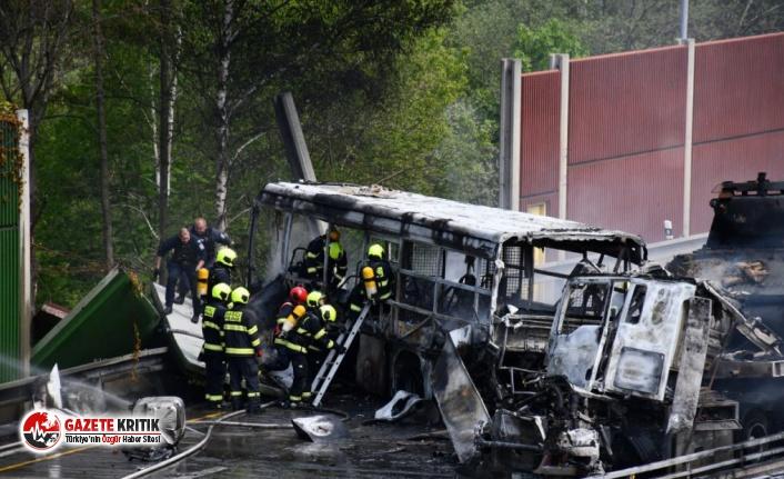 Mahkumları taşıyan otobüsle, tarihi tankları taşıyan TIR çarpıştı: 1 ölü, 14 yaralı