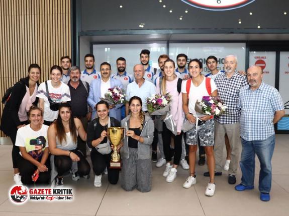 Avrupa İkincisi olan İAÜ Voleybol Kadın Takımı İstanbul'a geldi