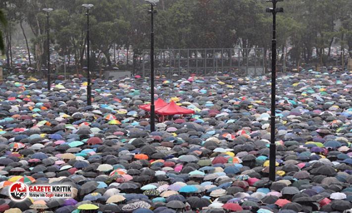 Hong Kong'da binlerce kişi yine sokaklarda