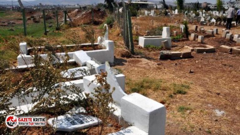 Onlarca mezarı tahrip edip, ''Yakında geleceğiz'' yazdılar