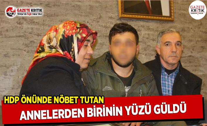 HDP Önünde Nöbet Tutan Annelerden Birinin Yüzü Güldü