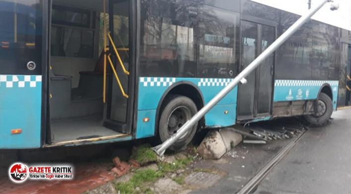 İstanbul'da yolcu otobüsü tramvay yoluna girdi