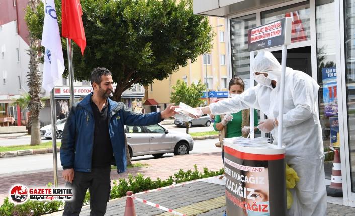 Konyaaltı Belediyesi sahada maske kiti dağıtıyor