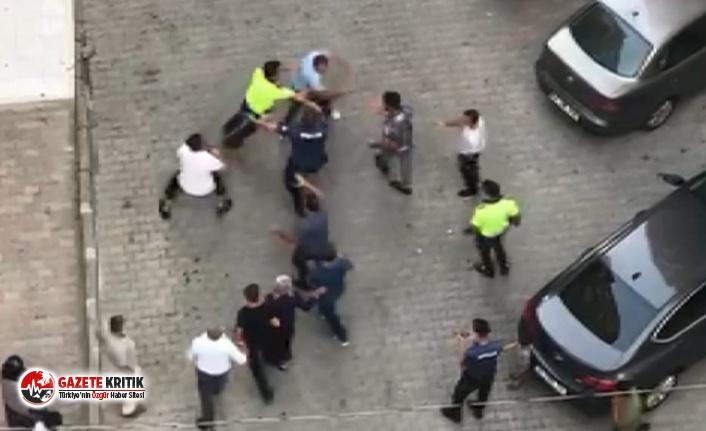 Polisler bile ayıramadı! Yumruklu, tekmeli, kemerli kavga