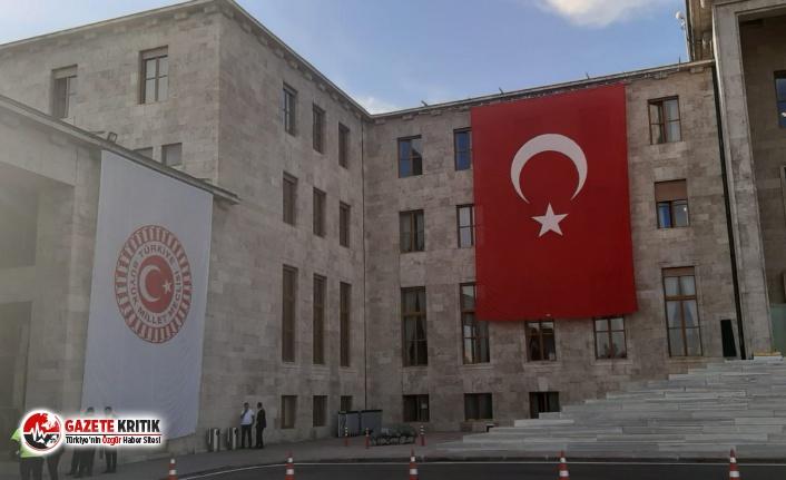 Meclis'te Erdoğan posteri gitti Türk Bayrağı geldi!