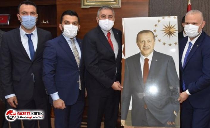 İşte AKP'nin Menemen'deki ilk icraatı: Erdoğan'ın fotoğrafını belediyeye getirdiler, top atışı yaptılar