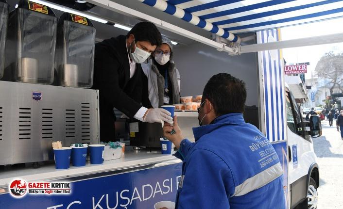 Kuşadası'nda mobil ikram aracı bu kez belediye işçilerinin içini ısıttı