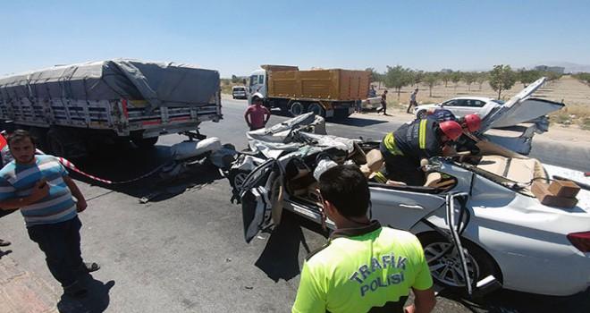 Lüks otomobil TIR'a arkadan çarptı: Baba ile oğul öldü, anne ile kız ağır yaralı