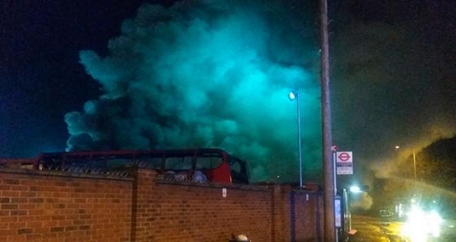 Londra'da bir otobüs deposunda yangın
