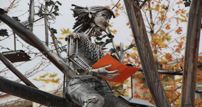 Çınar ağacının yapraklarını kitaplarla donattı
