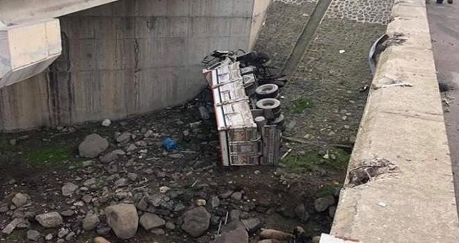 Köprüden 20 metre yuvarlanan kamyonun sürücüsü öldü