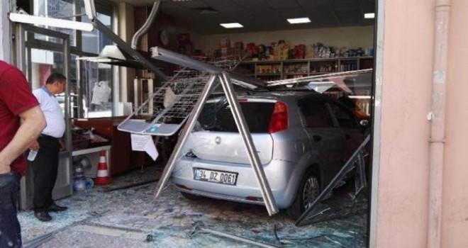 Kağıthane'de akıl almaz kaza! Araç dükkana daldı