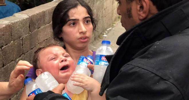 Ateşe verdiği evde mahsur kalan bebeğini komşular kurtardı