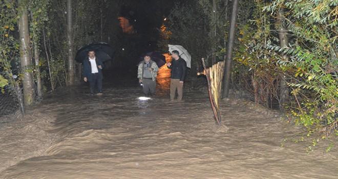 Sel nedeniyle yol çöktü, 2 mezraya ulaşım kesildi