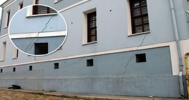 Liseye ait tarihi bina çatlaklar oluştu, öğrenciler tahliye edildi