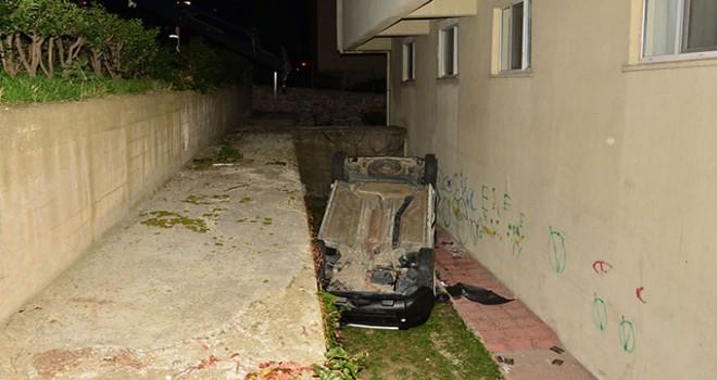 Otomobil ile çarpışan hafif ticari araç sitenin bahçesine düştü: 3 yaralı