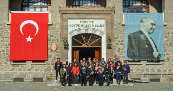 DAÜ'lü gençlerden Atatürk'e ziyaret