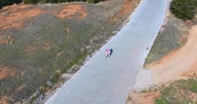 İlk kez drone gören köylü kadın kaçırılmaktan korkmuş