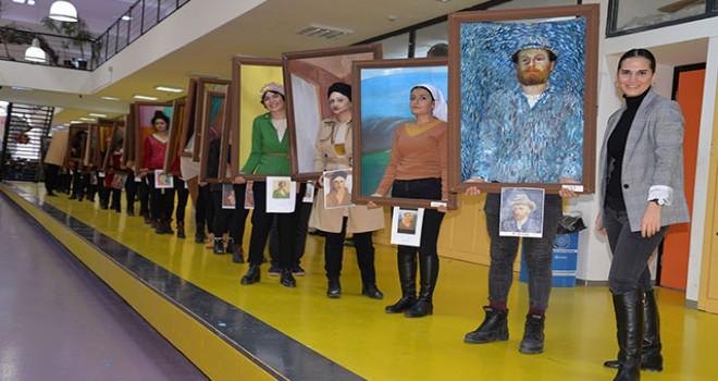 Ünlü ressamların 'yürüyen tabloları' ilgi gördü