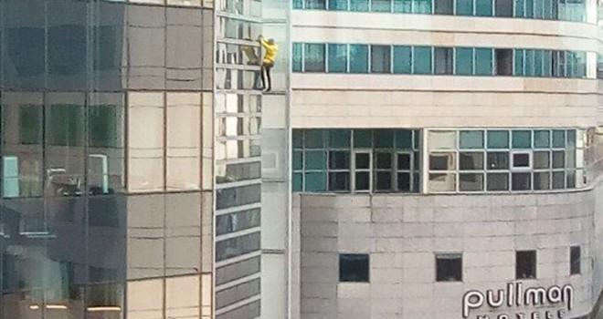 'Fransız örümcek adam' Paris'te gökdelene tırmandı
