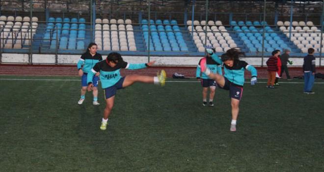 Hendekler nedeniyle sahaya çıkamayan kadın futbol takımı iddialı