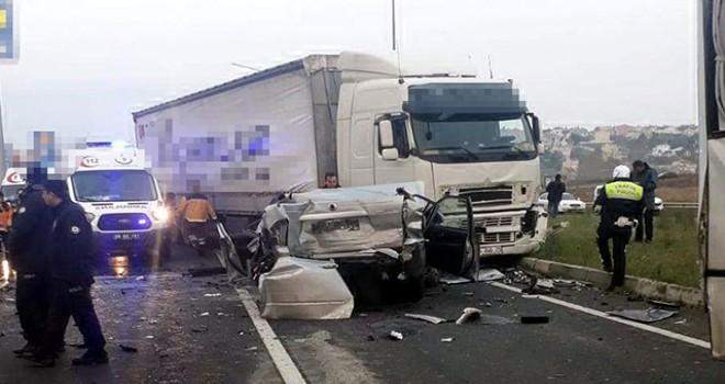 TIR, kırmızı ışıkta bekleyen araçlara çarptı: 10 yaralı