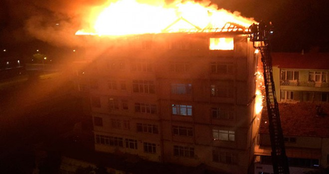 6 katlı binanın son katı ve çatısı alev alev yandı